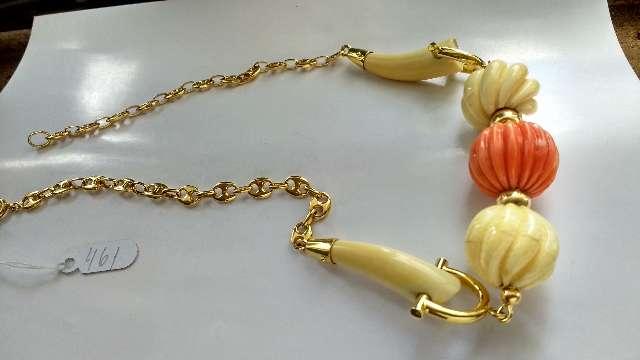 Colar de ouro amarelo com coral e marfim