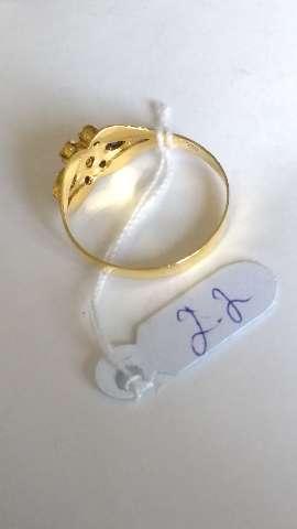 Anel em ouro amarelo com pedra de safira azul navet