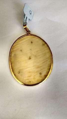Pendente em ouro amarelo com lâmina de marfim
